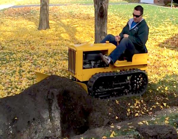 Мини-бульдозер CAT сделанный из деталей газонокосилки