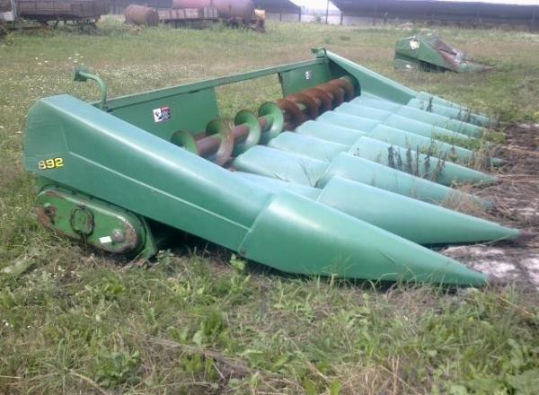 Характеристики и особенности кукурузных жаток от компании Джон Дир